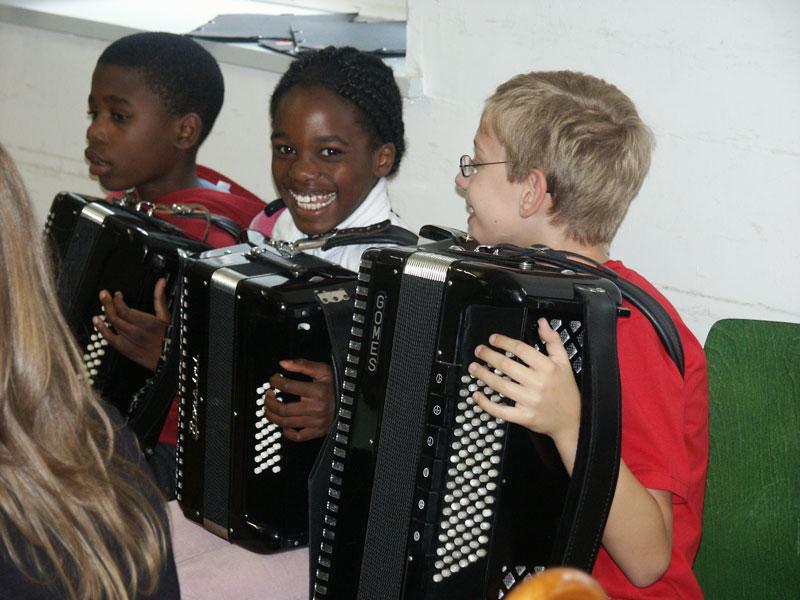 Jungs beim Akkordeon spielen